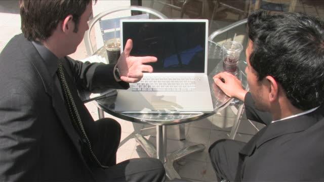 vídeos de stock e filmes b-roll de los angeles, california, usatwo business men are using the laptop - fato completo