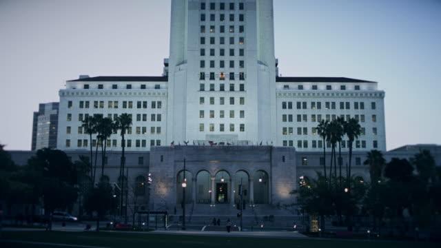 vídeos y material grabado en eventos de stock de los angeles city hall entrance - edificio gubernamental