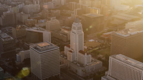 stockvideo's en b-roll-footage met luchtfoto los angeles city hall in de zonsondergang - politiek