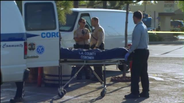 stockvideo's en b-roll-footage met los angeles county coroner putting body into truck - lijkschouwer