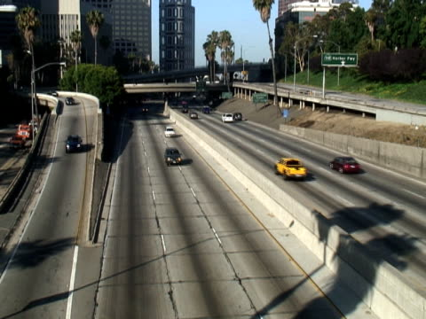 los angeles: downtown freeway on-ramp, interscambio - audio available video stock e b–roll