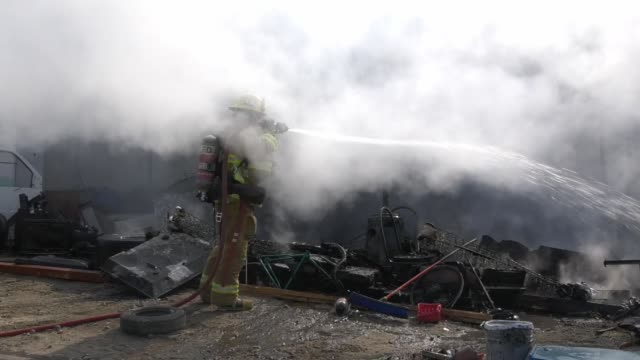 los angeles fire department received reports of a homeless encampment fire in the area of lankershim and the 5 freeway in sun valley, on november 8,... - nummer 8 bildbanksvideor och videomaterial från bakom kulisserna