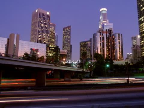 los angeles freeway and skyline - murmursofearth点の映像素材/bロール