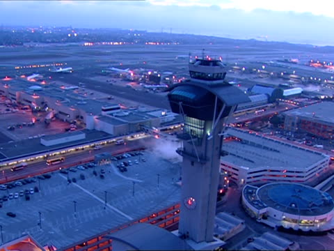 vidéos et rushes de low aerial, zi, zo, los angeles international airport at dusk, los angeles, california, usa - tour de contrôle