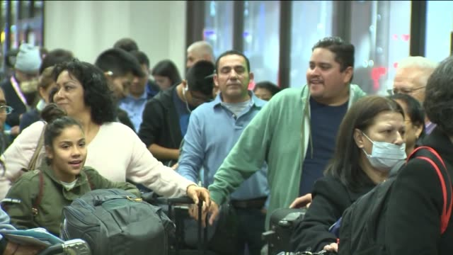 stockvideo's en b-roll-footage met ktla los angeles international airport holiday travel - lax airport