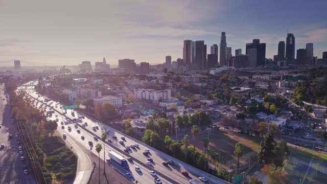 vídeos de stock e filmes b-roll de los angeles residential district with downtown skyline and freeway - distrito financeiro