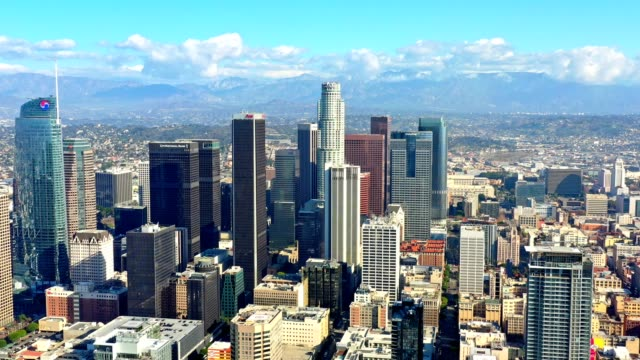 los angeles skyline antenne - wolkenloser himmel stock-videos und b-roll-filmmaterial