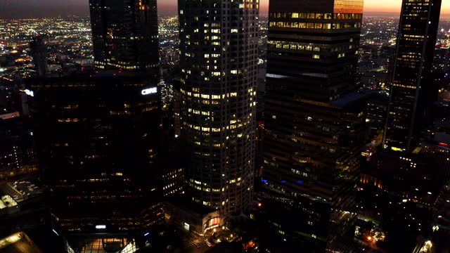 los angeles skyline aerial video sunset - aircraft point of view stock videos & royalty-free footage