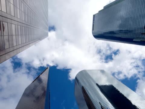 los angeles wolkenkratzer, zeitraffer langsam schwenk- und zoom - fensterfront stock-videos und b-roll-filmmaterial