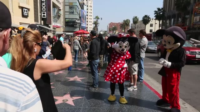 stockvideo's en b-roll-footage met los angeles walk of fame dolby theatre grauman's chinese theater disney store el capitan theatre tour buses tourists los angeles tourism on march 16... - el capitan theater