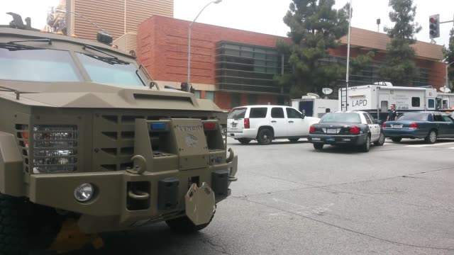 wide and medium shots of ucla including a shot of swat leaving the area on foot static video of a sign that refers to 'safe collection area' video of... - ロサンゼルス市警察点の映像素材/bロール