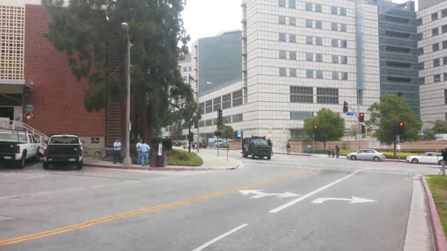 wide and medium shots of ucla including a shot of swat leaving the area on foot static video of a sign that refers to 'safe collection area' video of... - 銃撃事件点の映像素材/bロール