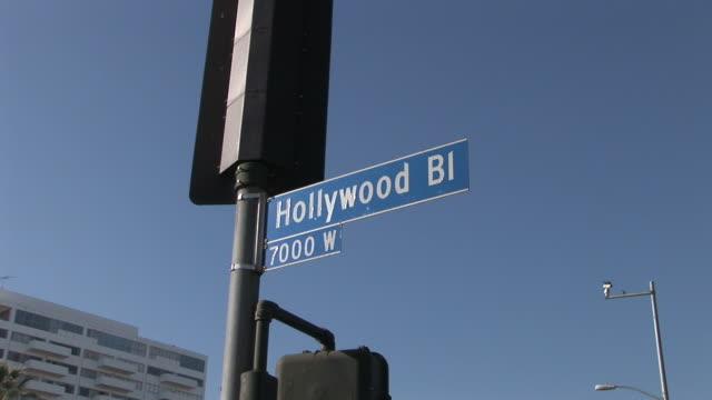 los angelesclose view of hollywood bi signboard in los angeles united states - targa con nome della via video stock e b–roll