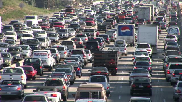 los angelesheavy traffic on freeway in los angeles united states - 渋滞点の映像素材/bロール
