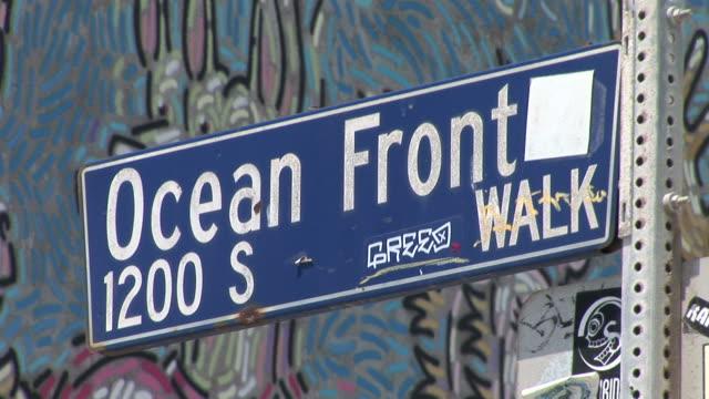 los angelessignboard of ocean front in los angeles united states - targa con nome della via video stock e b–roll