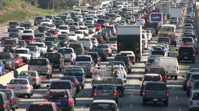 los angelesview of heavy traffic on freeway los angeles united states - 渋滞点の映像素材/bロール