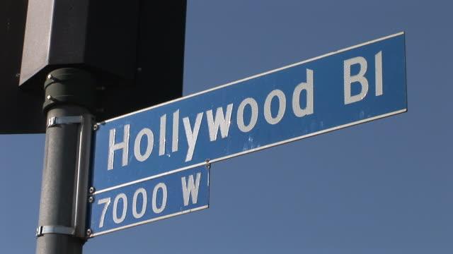 los angelesview of hollywood bi signboard in los angeles united states - targa con nome della via video stock e b–roll