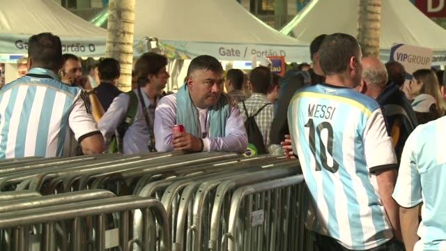 los argentinos que vieron a su seleccion perder el mundial en el maracana salian del estadio tristes pero comprensivos - tristeza stock videos and b-roll footage