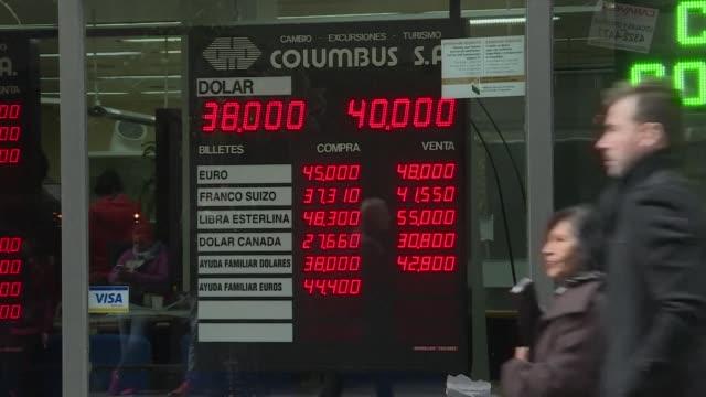 vídeos y material grabado en eventos de stock de los argentinos tuvieron un respiro el viernes con una recuperacion de casi 5% de su moneda tras derrumbarse 20% en dos dias y desencadenar una nueva... - accesorio financiero