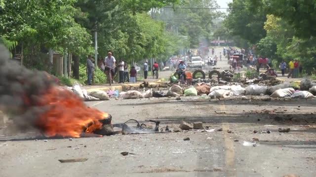 los ataques a los manifestantes en nicaragua se recrudecieron el jueves en varias ciudades del pais que realiza un paro de 24 horas convocado para... - nicaragua video stock e b–roll