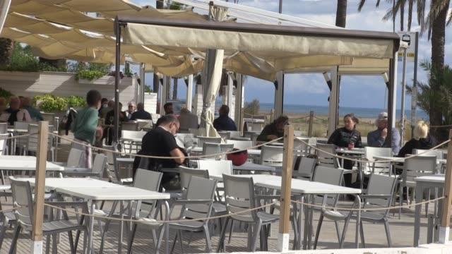 vídeos y material grabado en eventos de stock de los bares y restaurantes de cataluña cerrarán al menos durante 15 días a partir de la noche del jueves para frenar el avance de la epidemia de... - evitar