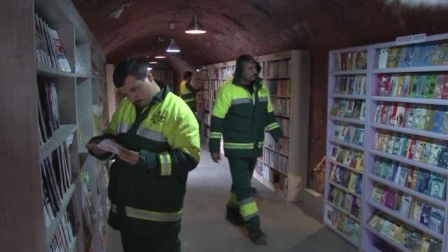 los basureros de ankara la capital de turquia tienen una biblioteca de mas de 4750 ejemplares que han recogido de la basura - biblioteca stock videos and b-roll footage