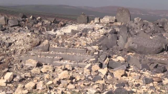 vídeos y material grabado en eventos de stock de los bombardeos de una ofensiva turca redujeron a escombros parte de un templo de 3000 anos de antiguedad en la region siria de afrin donde solo quedo... - de lado a lado