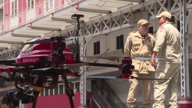 vídeos y material grabado en eventos de stock de los bomberos en el estado de río de janeiro presentaron este lunes drones los cuales serán usados para detectar posibles áreas de reproducción del... - vector
