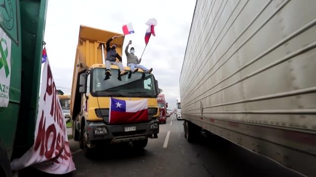 stockvideo's en b-roll-footage met los camioneros que mantenían parcialmente bloqueadas las rutas en chile desde hace una semana pidiendo mayor seguridad depusieron el miércoles el... - transporte