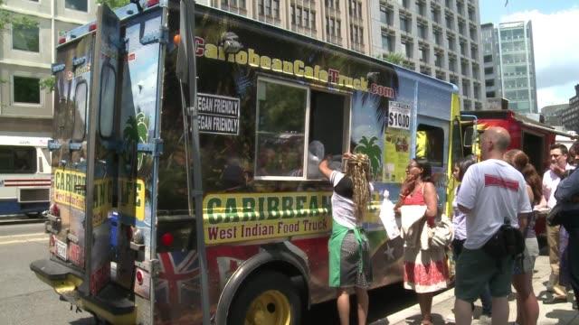 los camiones de comida son una moda en todas las grandes ciudades americanas voiced los restaurantes moviles de dc on august 01 2013 in washington dc - comida stock videos & royalty-free footage