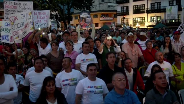 los candidatos presidenciales colombianos juan manuel santos y oscar ivan zuluaga cerraron sus campanas el domingo - juan manuel santos stock videos & royalty-free footage