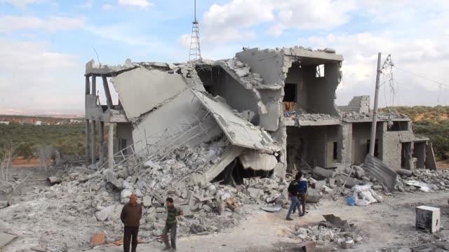 los cazabombarderos rusos y sirios golpearon el miercoles por segundo día consecutivo la provincia de idlib y los barrios rebeldes de alepo donde la... - día stock videos & royalty-free footage