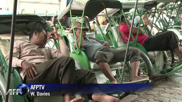 los ciclotaxis unos carritos similares a bicicletas para transportar personas son desde los anos 30 el medio principal de transporte en camboya pero... - transporte stock videos & royalty-free footage