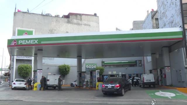 los combustibles en mexico comenzaron el martes a variar sus precios a la alza o a la baja dependiendo del movimiento a nivel internacional el cambio... - gasolina stock videos & royalty-free footage