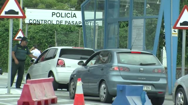 vídeos y material grabado en eventos de stock de los conductores enfrentaban largas esperas para cruzar la frontera entre espana y gibraltar este martes despues de que madrid y londres amenazaran... - llevar