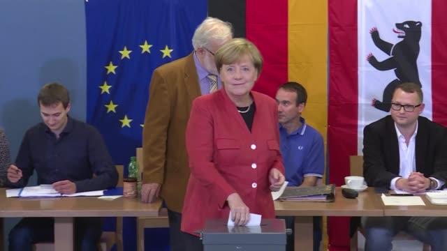 vídeos de stock, filmes e b-roll de los conservadores alemanes de angela merkel ganaron las elecciones legislativas del domingo con entre el 325 y el 335% de los votos segun sondeos de... - legislação