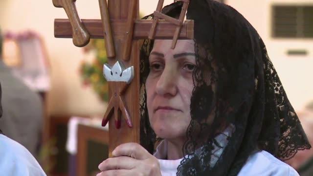 vídeos de stock, filmes e b-roll de los cristianos son minoria en irak voiced cristianos perseguidos en irak on march 13 2013 in baghdad iraq - irak