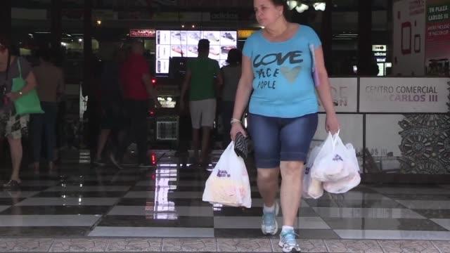 Los cubanos algunos con mas curiosidad que dinero se volcaron a los supermercados atraidos por la primera rebaja de precios de alimentos dispuesta...