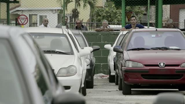 los cubanos pueden desde este viernes comprar libremente automoviles pero para sorpresa y desazon de muchos sus precios son astronomicos voiced cuba... - weltraum und astronomie stock-videos und b-roll-filmmaterial