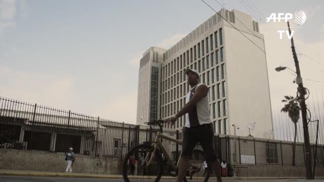 los cubanos se formaban el viernes en la embajada de estados unidos para solicitar una visa a un dia de la suspension de la politica pies secos y... - politica stock videos & royalty-free footage
