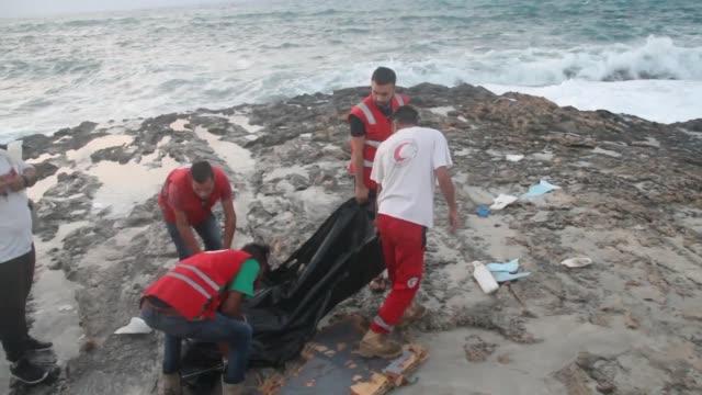 los cuerpos de al menos cinco migrantes muertos que se ahogaron en su intento por llegar a europa fueron encontrados el martes en la noche en el... - litoral stock videos & royalty-free footage