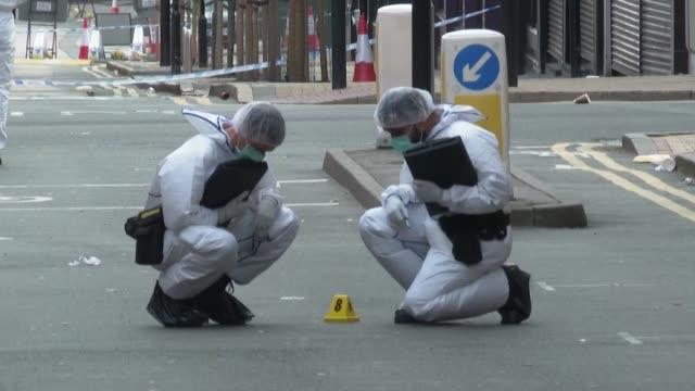 vídeos y material grabado en eventos de stock de los detectives y agentes de la segunda ciudad británica se lanzaron este domingo a la búsqueda y captura de un hombre que mató a otro e hirió de... - domingo