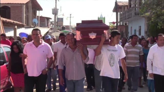 los deudos en guerrero un violento estado al sur de mexico se despedian el martes de un sacerdote asesinado el lunes durante la emboscada de un... - mourning stock videos & royalty-free footage