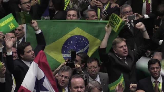 los diputados brasilenos votaron el domingo a favor del impeachment de la presidenta dilma rousseff sumiendo en la incertidumbre politica a la... - politica stock videos & royalty-free footage