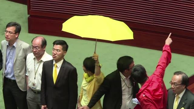 los diputados prodemocracia de hong kong tumbaron el jueves un proyecto de reforma electoral objeto de masivas protestas el ano pasado en un acto de... - desafio stock videos and b-roll footage