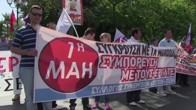 los dos principales sindicatos griegos llamaron a una huelga general este primero de mayo voiced griegos llaman a huelga on may 01 2013 in athens... - sindicatos stock videos & royalty-free footage
