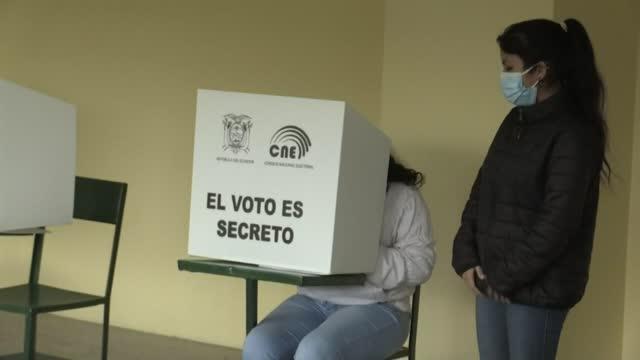 los ecuatorianos empezaron a votar el domingo en el balotaje presidencial, en el que elegirán entre el izquierdista andrés arauz y el derechista... - ecuadorian ethnicity stock videos & royalty-free footage