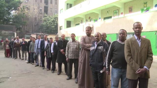 los egipcios votan este miercoles en la segunda vuelta para una nueva constitucion un dia despues de violentos enfrentamientos que dejaron nueve... - referendum stock videos & royalty-free footage