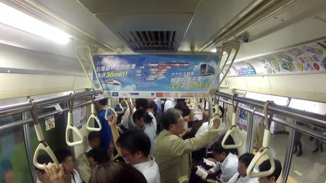 vídeos y material grabado en eventos de stock de los empleados del metro de tokio hacen gala de una disciplina de hierro por llevar a buen puerto a los 26 millones de pasajeros que a diario usan esa... - llevar