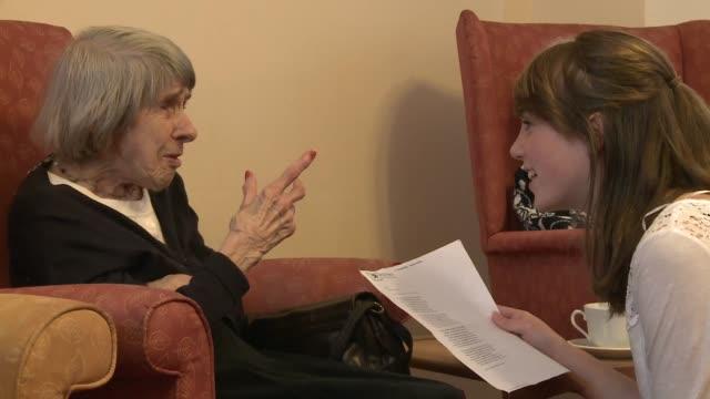 Los enfermos de Alzheimer encuentran dificultades para recordar por eso pueden sentirse solos y aislados Una asociacion en StratforduponAvon en...